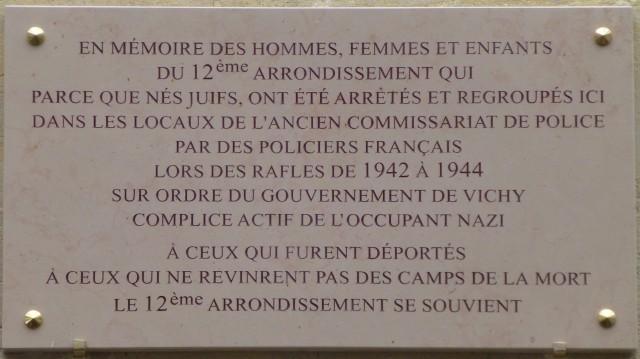 La plaque se trouve là où était situé le Commissariat de police de l'arrondissement en 1942.